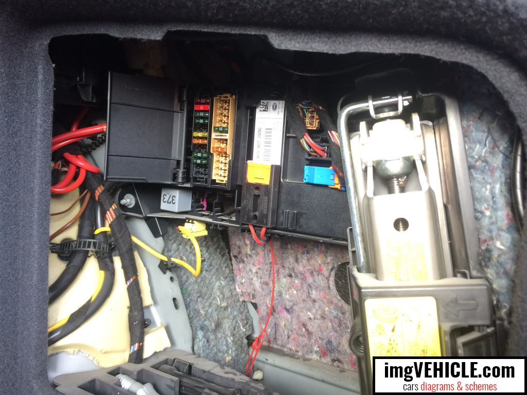 Audi A6 C6 Fuse box - trunk location